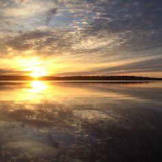 EL CREPÚSCULO QUE CAE EN LA LAGUNA// Las luces rotas de la tarde incierta como un manto se extienden, como un fuego que incendia en las aguas estancadas…pasa la vida idéntica a sí misma. Mientras el rosa del ocaso inunda y en el espejo de las aguas riela como imagen del alma, en la laguna mirando hacia los cielos que oscurecen. Violetas de las nubes y plateados bordes que rasga el sol con luz postrera; qued…—…