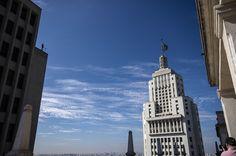 Edifício Altino Arantes visto do terraço do Edifício Martinelli, com obra de Gormley no alto à esquerda