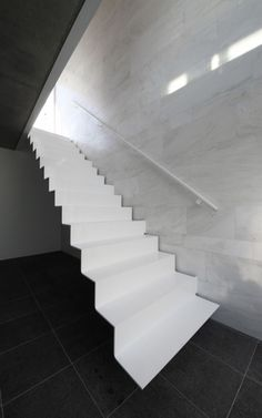 Floating White Staircase - Crisp Stairs - Marble Walls - Modern Minimalistic Homes & Interiors White Staircase, Interior Staircase, Staircase Design, Space Architecture, Architecture Details, Stair Elevator, Stairs To Heaven, Escalier Design, Stair Handrail