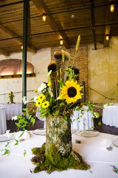 ✔ 23 bright sunflower wedding decoration ideas for your rustic wedding 00010 Wedding Log Centerpieces, Sunflower Wedding Decorations, Elegant Centerpieces, Wedding Stage Decorations, Christmas Centerpieces, Wedding Table, Sunflower Weddings, Centerpiece Ideas, Table Centerpieces