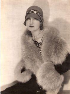 1920's Flapper es un anglicismo que se utilizaba en los años 1920 para referirse a un nuevo estilo de vida de mujeres jóvenes que usaban faldas cortas, no llevaban corsé, lucían un corte de cabello especial (denominado bob cut), escuchaban música no convencional para esa época (jazz), que también bailaban.