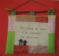 Panôs em tecido, com frases pintadas, decorados com fitas, rendas, sianinhas e corações de feltro.
