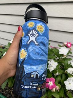 hydroflask painted / hydroflask & hydroflask stickers & hydroflask painted & hydroflask with stickers & hydroflask colors & hydroflask painting & hydroflask stickers ideas & hydroflask aesthetic Water Bottle Art, Cute Water Bottles, Water Bottle Design, Wine Bottles, Hydro Painting, Bottle Painting, Custom Hydro Flask, Hydro Flask Water Bottle, Disney Drawings