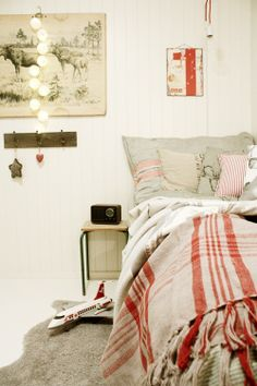 Cool boy room, with a touch of Christmas.. ;)