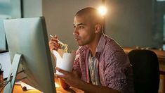 When and how much to eat is confusing if you work the night shift, swing shift, some other terrible shift. Get tips on how to eat when you work odd hours. Working Night Shift, Shift Work, Mindless Eating, Healthy Eating Guidelines, Healthy Habits, Beachbody Blog, Nutritional Cleansing, Coping With Stress, Proper Nutrition