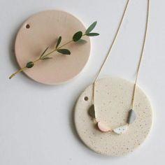Collier en cuir rose, gris, blanc et doré