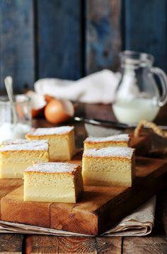 Bizcocho de Canela y Limón / •8 yemas •8 claras a punto de nieve •1l de leche tibia •250g de mantequilla derretida y fría •280g de azúcar •225g de harina •La ralladura de un limón •2 cucharadas de esencia de vainilla: