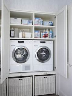 Great idea for a laundry for those strapped for space. By DEULONDER arquitectura domestica Hidden Laundry, Laundry Nook, Laundry Room Remodel, Laundry Closet, Laundry Room Organization, Laundry In Bathroom, Utility Room Storage, Utility Room Designs, Modern Laundry Rooms