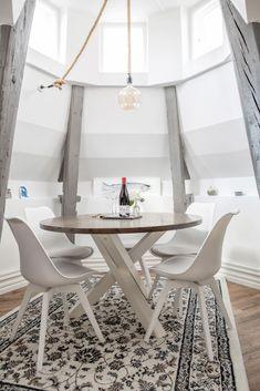 Dormitor în turn într-o mansardă cu grinzi de lemn și cărămidă expusă | Jurnal de Design Interior