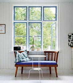 18 idéer som förnyar ditt hem... Gillar när innerfönstren är målade...och en trevlig soffa.
