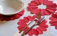 coracoes de papel com guardanapos decoracao mesa