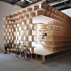 A l'occasion de la 15ème Biennale internationale d'architecture de Venise, les architectes Aljoša Dekleva et Tina Gregorič imaginent une bibliothèque en bois où se logent livres et lecteurs, invités à réfléchir au rôle de la maison pour les anné...