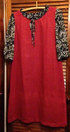 Pellavasta tehty mekko johon lisätty hihat ja kaulus vanhasta puserosta.