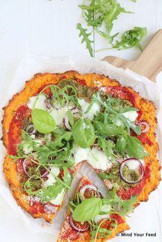 Zoete aardappelpizza met groene pesto en mozzarella