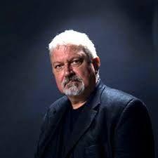 (pin 2) Oliver Bowden is een Engelse schrijver geboren in 1948. Zijn echte naam is Anton Gill. Hij schrijft ook onder de namen Antony Cutler en Ray Evans. Voor hij schrijver werd was hij acteur en regisseur in theater en voor de tv. Ook schreef hij en produceerde hij voor de bbc.