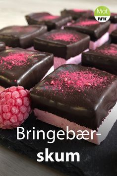 Marit Hegles bringebærskum har en god og frisk smak av bringebær, og det smelter på tungen når du tar en bit. Sweet Recipes, Real Food Recipes, Cake Recipes, Dessert Recipes, Norwegian Food, Scandinavian Food, Chocolate Sweets, Mini Cakes, Christmas Baking