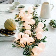 Guirlande lumineuse (par exemple La Case de Cousin Paul) avec des branches dolivier, pour un chemin de table provençal