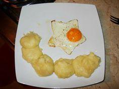 Uova ad occhio di bue in forma di stella con purè di patate