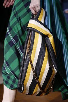 Des bagpacks de geisha du défilé Maison Margiela aux pochettes souvenirs de Dries Van Noten, petit tour d'horizon des sacs aperçus sur les catwalks de la Fashion Week printemps-été 2016 de Paris.