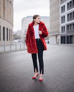 Top off your classic look with an extravagant, bold-toned faux fur. London Fashion Bloggers, Paris Fashion, Winter Fashion, Kids Fashion, Womens Fashion, Fashion Trends, Casual Outfits, Fashion Outfits, Winter Outfits