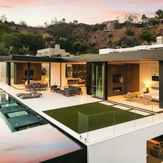 Architecture studio McClean Design has completed this modern hillside home nestled in a desirable area overlooking Sunset plaza in Los Angeles, California. Clean lines and modern architecture chara… Hollywood Hills Häuser, West Hollywood, Modern Mansion, Mansions Homes, Suites, House Goals, Modern House Design, Modern Decor, Modern Rustic