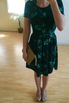 Lularoe dress Amelia - floral print, feminine, comfortable, has pockets - what else would you want?! :) Styled with a GiGi All in one clutch in stone and Jessica Simpson wedges in nude. Perfect outfit for spring and summer. LLR
