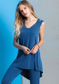 Double cut arabesque neckline, asymmetrical hem and a fit & flare cut is this incredibly sexy and comfy long tunic! Arabesque, Stylish Dresses, Flare, Curves, Tunic Tops, Neckline, Comfy, Couture, Fitness