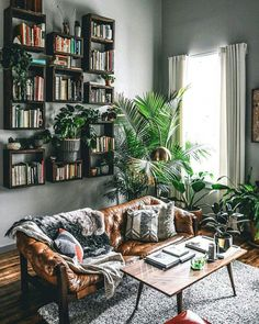 beautiful living room inspiration & plant love & wooden vibes & interior inspiration & Fitz & Huxley & The post Startseite appeared first on Dekoration. Boho Living Room, Home And Living, Jungle Living Room Decor, Small Living, Modern Living, Grey Walls Living Room, Living Room Plants, Cozy Living, Living Room Inspiration
