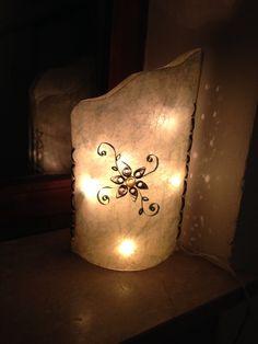 Lampe aus Folie, Draht, Papier zur Verzierung u Lichterkette