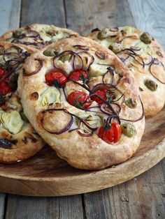 Eltefritt focaccia med deilig topping #focaccia #eltefritt #brød #noknead #bread #baking Bread Recipes, Baking Recipes, Camembert Cheese, Tapas, Side Dishes, Food And Drink, Lunch, Diet, Bread Baking