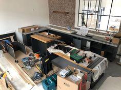 Pff.. Beetje door de rommel heen kijken hoor! ;) Wordt supermooi! Op maat gemaakte keuken van hout, staal en beton!
