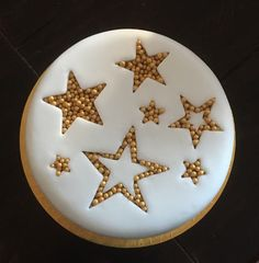 Traditional Christmas cake covered in marzipan and white fondant with star shapes cut out from the white fondant, then filled with gold balls. Christmas Cake Designs, Christmas Cake Decorations, Christmas Cupcakes, Holiday Cakes, Christmas Desserts, Fondant Christmas Cake, Christmas Star, Homemade Christmas, Cake Icing