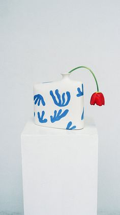 Spanish artist Coco Fernandez inspired by the Fauvism Movement when creating these abstract pottery decorated with block colour patterns immediately reminiscent of Matisse's cut out shapes. The bea Ceramic Clay, Porcelain Ceramics, Ceramic Pottery, Pottery Art, Slab Pottery, Pottery Studio, Ceramic Bowls, China Porcelain, Pottery Painting