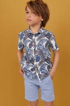 Short-sleeved shirt in woven cotton fabric with a printed pattern. Collar, buttons at front, and gently rounded hem. Young Boys Fashion, Toddler Boy Fashion, Kids Fashion, Toddler Boys, Baby Boy Dress, Baby Boy Outfits, Baby Boy Hairstyles, Boys With Curly Hair, Shark T Shirt