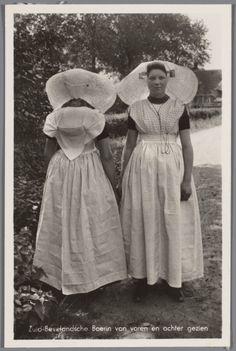 Twee vrouwen in protestantse Zuid-Bevelandse streekdracht. De linker vrouw is van achteren te zien, de rechter vrouw van voren. na 1905 #Zeeland #ZuidBeveland #protestant