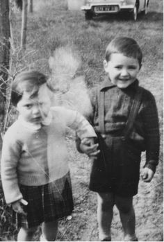 That's a immortal little boy that wanted his picture taken with thought's 2 mortal little boy's . Real Ghost Photos, Ghost Pictures, Creepy Pictures, Photo Post Mortem, Ghost Orbs, Paranormal Pictures, Ghost Caught On Camera, Spirit Ghost, Spirit Photography