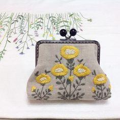 히구치 유미코상 자수패턴을 응용한 프레임 파우치 선물하기 좋아서 인기가 좋다. #yumikohiguchi #embroidery #framepouch #코튼앳홈