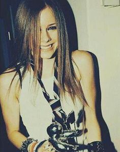 Avril Lavigne gorgeous photo in 2002 wearing her tie