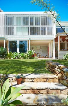 A family of five show off their Bondi Beach home, the result of a renovation combining mid-century modernism with beach house charm. 1960s House, Mid Century Exterior, Coastal Gardens, Modern Exterior, Wall Exterior, Exterior Remodel, Australian Homes, Mid Century House, Mid Century Design