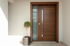 Θωρακισμένη πόρτα εισόδου από νιαγκόν λουστραριστή με σκωτίες και σταθερό με τζάμι triplex αμμοβολής. Home Door Design, Small House Design Plans, House Front Door, Modern Style House Plans, Wooden Doors Interior, Modern Exterior Doors, Door Design Interior, Wooden Front Doors, Door Glass Design