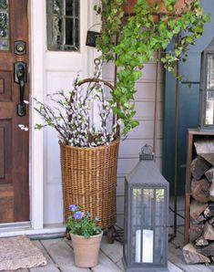 Fancy Weidenk tzchen in einem Korb auf der Terrasse