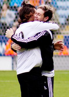 """""""The narry hug at Nialls' charity match ❥ One Direction Fotos, One Direction Images, One Direction Wallpaper, One Direction Harry Styles, Niall E Harry, Foto One, X Factor, Best Song Ever, Family Show"""