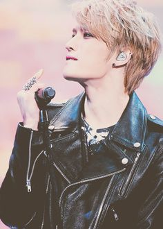 LOL for second there i thought jaejoong was flicking someone off