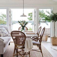 Sommarstugan i skärgårdsmiljö ett ljust och luftigt vill ha-hus, kika in! Simple Interior, Interior Design, Porch And Balcony, Dinner Room, Style Simple, Cottage Interiors, Home Fashion, Coastal Living, Interior Inspiration