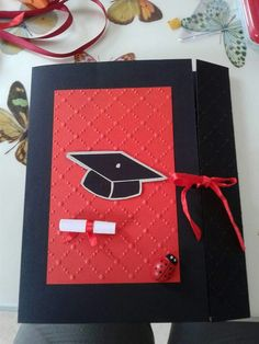 Biglietto laurea Graduation Scrapbook, Graduation Cards, Easy Crafts, Diy And Crafts, Paper Crafts, Preschool Graduation, New Year Greetings, Diy Cards, Cardmaking