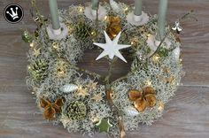 {DIY} Adventskranz aus Stacheldrahtpflanze mit salbeifarbenen Kerzen und gewachsten Zapfen. #DekoideenReich #Adventskranz
