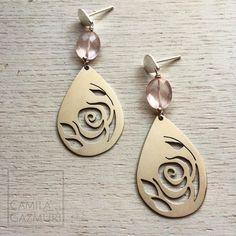 Uno de los primeros diseños renovado!! Este año vuelven las rosas!!! Aritos de plata 950 calados a mano con cuarzo rosa. Dimensiones: 5.5 x 2 cms. Peso total: 6 gr. Valor: $48.000