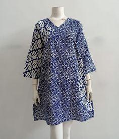 Gambar mungkin berisi: orang berdiri Blouse Batik, Batik Dress, Lace Dress, Short African Dresses, African Fashion Dresses, Fashion Outfits, Batik Kebaya, Kurti Styles, Pakistani Dresses Casual