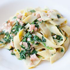 penne with spinach and salmon Diet Recipes, Healthy Recipes, Easy Recipes, Recipes From Heaven, Quick Easy Meals, I Love Food, Pasta Salad, Food And Drink, Healthy Eating