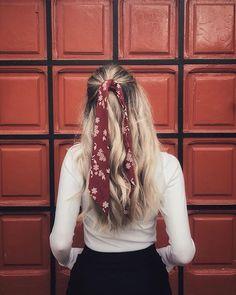 Hairstyles with headbands Acessórios no cabelo: Presilhas, Grampos, Lenços und Bandanas Haarschmuck: Haarspangen, Clips, Schals Scarf Hairstyles, Summer Hairstyles, Easy Hairstyles, Bandana Hairstyles For Long Hair, Medium Hairstyles, Natural Hairstyles, Hair With Bandana, Hairstyles With Headbands, Ribbon Hairstyle